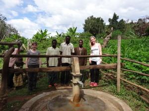 Wasserkomitee-Mitglieder des Kyamakabugo Brunnens mit Jill und Johanna