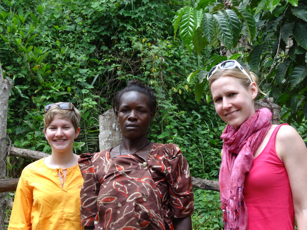 Jill und Johanna mit der Vice Chair Person Getrud vom Wasserkomittee bei Kawanda