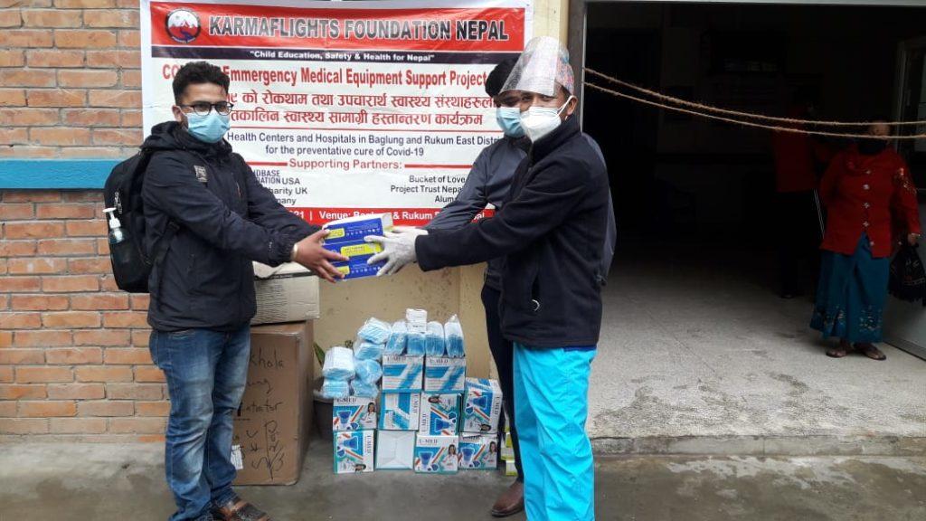 Übergabe der Hilfsgüter (Masken, Kittel) in Nepal